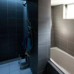 浴室: Kondohideo Architects co,;ltd.が手掛けたリビングです。,オリジナル