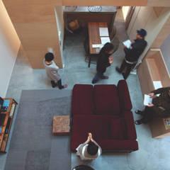 子供部屋からリビングを見下ろす: Kondohideo Architects co,;ltd.が手掛けたリビングです。,オリジナル