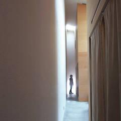 路地または廊下: Kondohideo Architects co,;ltd.が手掛けた浴室です。,オリジナル