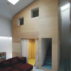 リビングルームからみるハコ: Kondohideo Architects co,;ltd.が手掛けた廊下 & 玄関です。,オリジナル