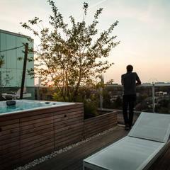 Zeven hoog ontspannen in Ibiza stijl:  Terras door Studio REDD exclusieve tuinen, Modern