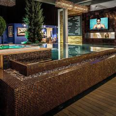 Zwembad met openhaard en TV andere zijde. : mediterraan Zwembad door B&G Audio Video Solutions BV