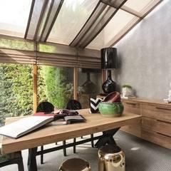 AK Design Studio – RIVA WINTER HOUSE: tropikal tarz tarz Çalışma Odası