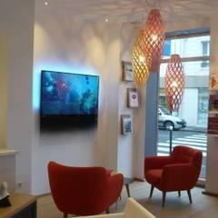 HAVAS VOYAGES FONTAINEBLEAU: Espaces commerciaux de style  par Esprits d'Intérieurs