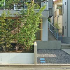 生垣と駐車スペース: 田所裕樹建築設計事務所が手掛けた庭です。