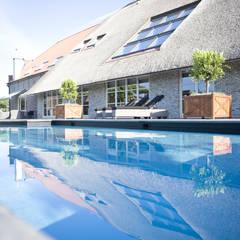 Zwembad bij monumentale boerderij:  Zwembad door Stam Hoveniers