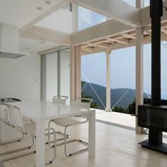 028熱海伊豆山Yさんの家: atelier137 ARCHITECTURAL DESIGN OFFICEが手掛けたダイニングです。,地中海 木 木目調