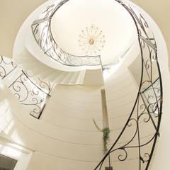 CASA CIELO Y MAR: 菅原浩太建築設計事務所が手掛けた廊下 & 玄関です。