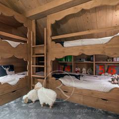 Visite privée d'un chalet alpin: Chambre d'enfant de style  par Sandrine RIVIERE Photographie