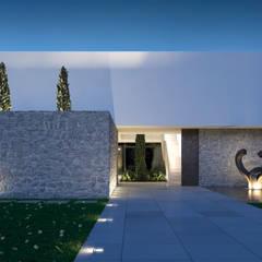 Vista del acceso a la vivienda: Casas de estilo  de Gallardo Llopis Arquitectos