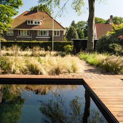 Een villatuin voor levensgenieters:  Zwembad door Studio REDD exclusieve tuinen