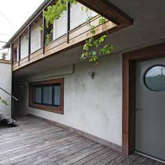 Pavillon transformé en loft: Fenêtres de style  par BuroBonus