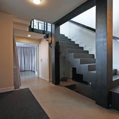 des espaces de circulation généreux: Couloir et hall d'entrée de style  par BuroBonus