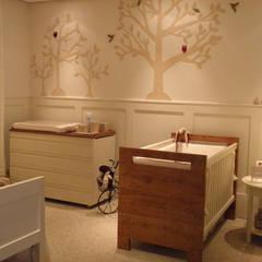 Dormitorios de bebé de estilo  por Lígia Bisconti,