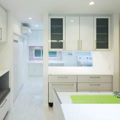 キッチン、ユーティリティースペース: 菅原浩太建築設計事務所が手掛けたキッチンです。