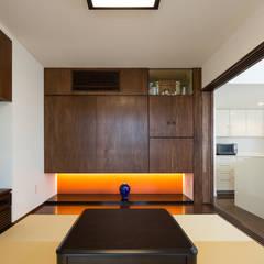 H&U Residence: 菅原浩太建築設計事務所が手掛けたリビングです。,モダン