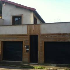 la facade sur rue: Garage / Hangar de style de style Minimaliste par BuroBonus