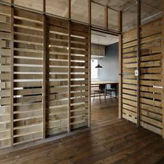元浅草の住居: 蘆田暢人建築設計事務所 Ashida Architect & Associatesが手掛けた壁です。,ラスティック