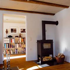 Sanierung und Umbau denkmalgeschütztes Bauernhaus:  Wohnzimmer von heidenreich architektur