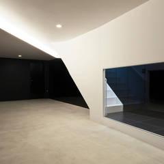 Garajes y galpones de estilo  por 岩井文彦建築研究所