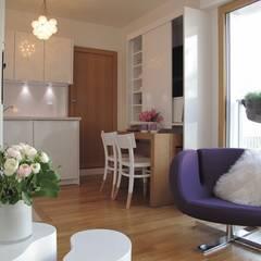 Mise en valeur de l'ouverture de l'espace sur le retour cuisine.: Cuisine de style  par Tout Simplement Déco