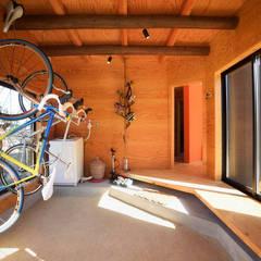 Garage / Hangar de style  par 長井建築設計室