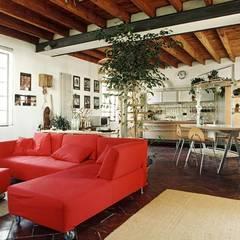 اتاق نشیمن توسطorlandini design sas, اکلکتیک (ادغامی)