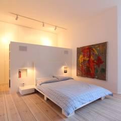 Modernisierung und Umbau einer Gründerzeit-Wohnung in Berlin Charlottenburg: moderne Schlafzimmer von WAF Architekten
