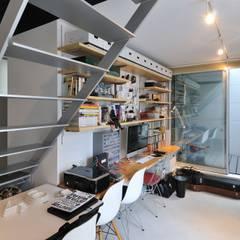 logical punk: 岡村泰之建築設計事務所が手掛けた書斎です。