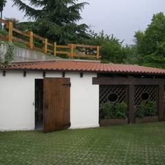 il fabbricato boxes e lavanderia: Garage/Rimessa in stile  di STUDIO DI ARCHITETTURA CLEMENTI