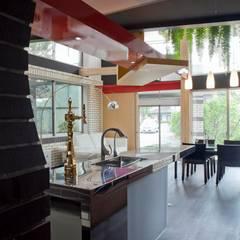 ห้องครัว โดย 有限会社加々美明建築設計室, ผสมผสาน