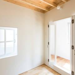 غرف نوم صغيرة تنفيذ 建築設計事務所 可児公一植美雪/KANIUE ARCHITECTS, إنتقائي خشب رقائقي