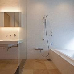 Baños de estilo  por 根岸達己建築室, Moderno Mármol