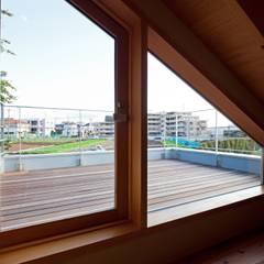 趣味満載・スキップフロアの和モダン住宅: 根岸達己建築室が手掛けたテラス・ベランダです。,クラシック 無垢材 多色