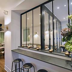 Restaurant LES INSEPARABLES Paris: Aéroports de style  par JC Peyrieux Design