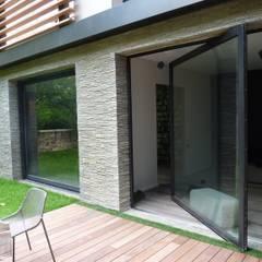 Restructuration d'une maison à Neuilly (92): Maisons de style  par L+R architecture