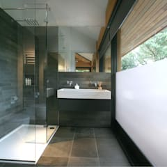Cedarwood: modern Bathroom by Nicolas Tye Architects