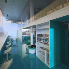 Concessonaria e officina d'automobili : Concessionarie d'auto in stile  di Studio d'arte e architettura Ana D'Apuzzo