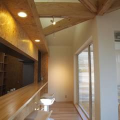小さな白いカフェ: ユウ建築設計室が手掛けたオフィススペース&店です。