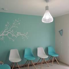 Un cabinet de Kiné tout en Déco: Cliniques de style  par L'Autrement Déco
