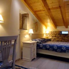 Talamo di Corte Serena Morando - restauro di un immobile storico destinandolo a struttura ricettiva: Camera da letto in stile  di Architetto Teresa Costalunga