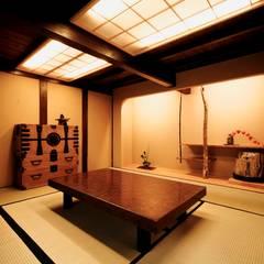 Salas multimedia de estilo  por 建築設計事務所 山田屋