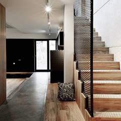 Pasillos y vestíbulos de estilo  por Konrad Muraszkiewicz Pracownia Architektoniczna