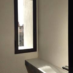 Salle de bains de style  par Walter Emanuele Angelico, architetto