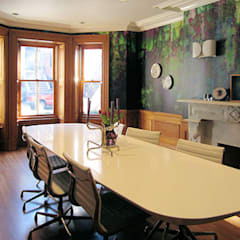 Moss one off wallpaper  Boston MA: eclectische Eetkamer door Workingbert