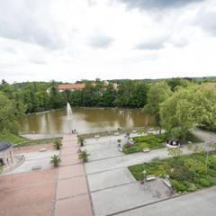 Blick über den Kurplatz:  Krankenhäuser von GFSL clausen landschaftsarchitekten gruen fuer stadt + leben