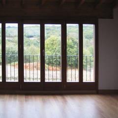 REHABILITACIÓN DE VIVIENDA UNIFAMILIAR Y ANEXOS EN STA. EUFEMIA: Ventanas de estilo  de arquitectura SEN MÁIS
