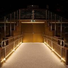 Entrada principal do teatro - Antecâmara: Centros de congressos  por Lazuli Arquitetura