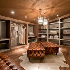 Dressing room by Riskalla & Mueller Arquitetura e Interiores ,