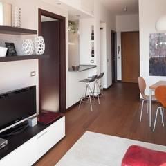 Parete con bancone cucina: Soggiorno in stile  di gk architetti  (Carlo Andrea Gorelli+Keiko Kondo)